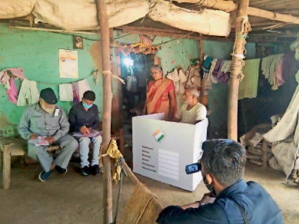 आंगन को बनाया केंद्र, मतदान के बाद लिफाफे किए सील|नेपानगर,Nepanagar - Dainik Bhaskar