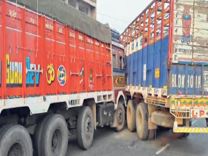 दो ट्रकों की टक्कर, बीच में फंसे बाइक सवार नगर निगम के कर्मचारी की माैत, एक घायल|पटना,Patna - Dainik Bhaskar
