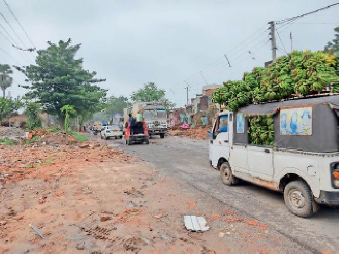 ट्रक गड्ढे में फंसा, आवागमन बाधित हरनौत,Harnaut - Dainik Bhaskar