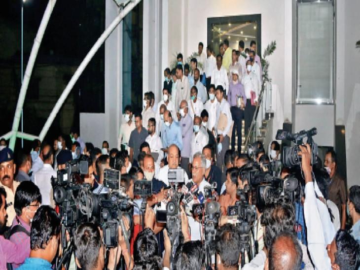 मुख्यमंत्री ने अधिकारियों से कहा- अफवाह न फैलने दें और कानून व्यवस्था अपने हाथ में लें|रायपुर,Raipur - Dainik Bhaskar
