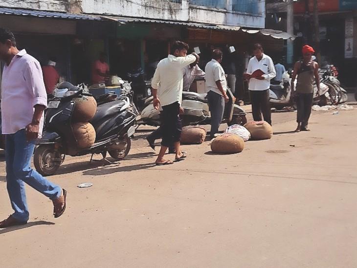 फूड विभाग की टीम को नहीं मिलती मावा की खेप; लेकिन भास्कर टीम सुबह मोर बाजार पहुंची तो लोडिंग वाहनों से उतरता दिखा मावा|ग्वालियर,Gwalior - Dainik Bhaskar