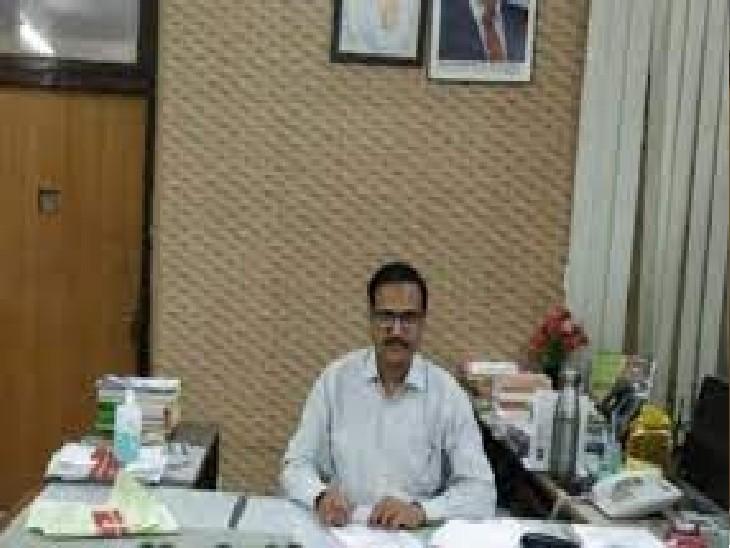 मृत कर्मचारी की पत्नी काे कलेक्टर ने घर जाकर दिया 20 लाख का चेक|अलवर,Alwar - Dainik Bhaskar