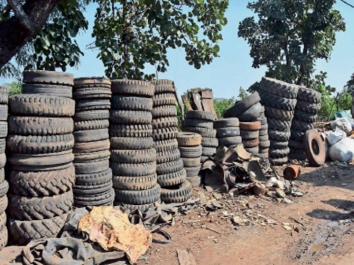 जिस बाघराज वार्ड में अब तक डेंगू के सबसे ज्यादा केस मिले, वहां हजारों टायरों का जमावड़ा|सागर,Sagar - Dainik Bhaskar