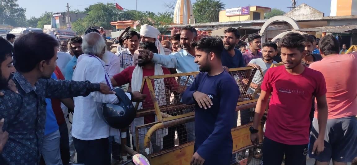पंचायत समिति रोड किया जाम, अधिकारियों पर खाद ब्लैक करने का लगाया आरोप|भरतपुर,Bharatpur - Dainik Bhaskar