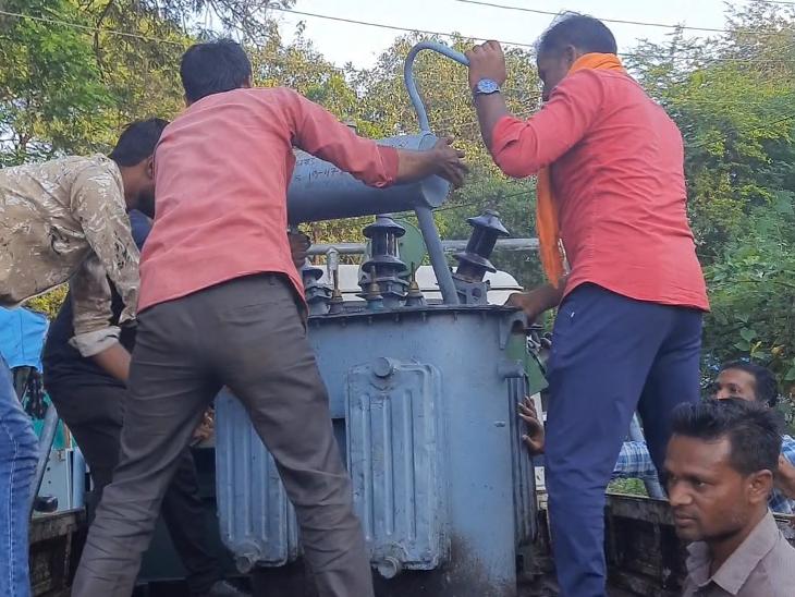 सैकड़ों ट्रांसफार्मर से चोरी हो गया ऑइल, अब जले हुए ट्रांसफार्मर बदलवाने लाइन लगा रहे किसान|रतलाम,Ratlam - Dainik Bhaskar