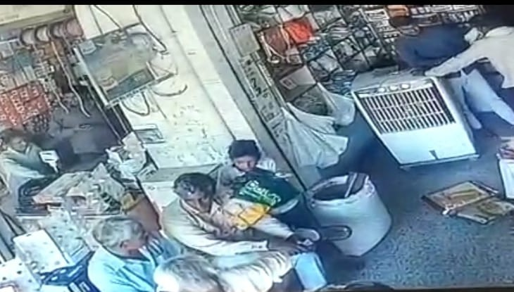 13 साल के किशोर ने पानी पीने के बहाने पार किए रुपए, CCTV में कैद हुई वारदात|अलवर,Alwar - Dainik Bhaskar