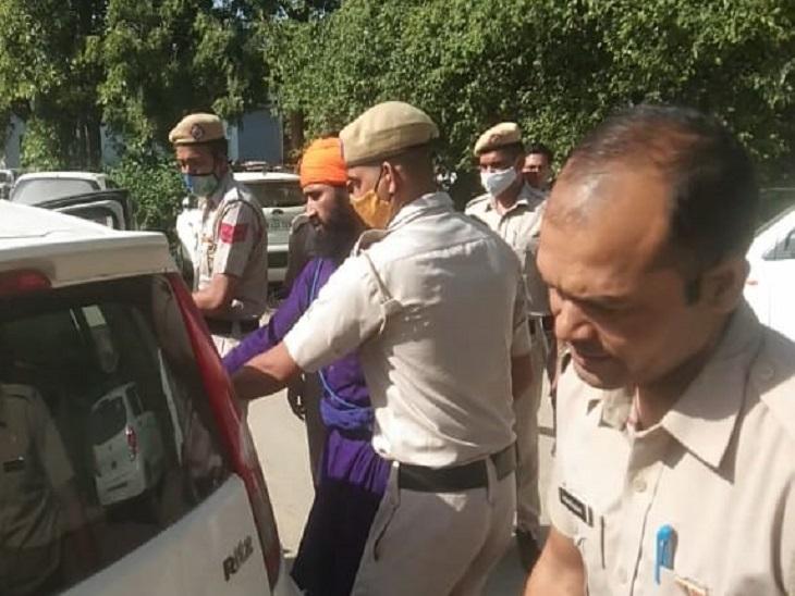 मुर्गा नहीं देने पर कारिंदे को पीटने के मामले में नवीन संधू को कोर्ट में किया पेश, पुलिस बरामद करेगी लाठी देश,National - Dainik Bhaskar