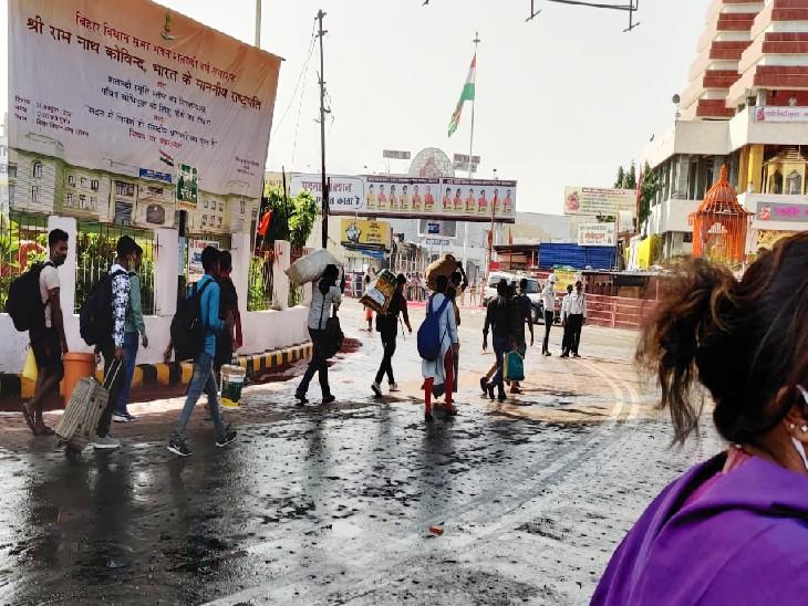 पटना जंक्शन से गांधी मैदान तक रोड पर बैरिकेडिंग, सामान लेकर भटकते रहे राहगीर|पटना,Patna - Dainik Bhaskar