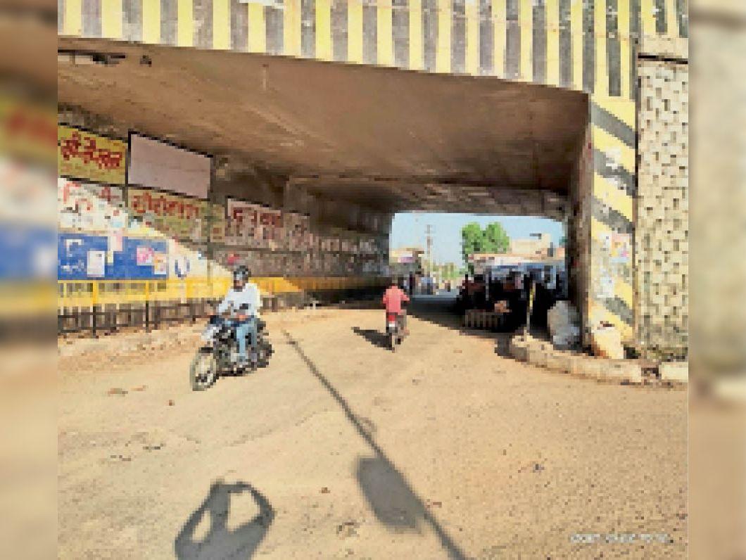 पुलिस प्रशासन ने रामपुरा डाबड़ी पुलिया के नीचे से वाहन, ठेले आदि हटवा कर रास्ता सुगम कराया|जयपुर,Jaipur - Dainik Bhaskar