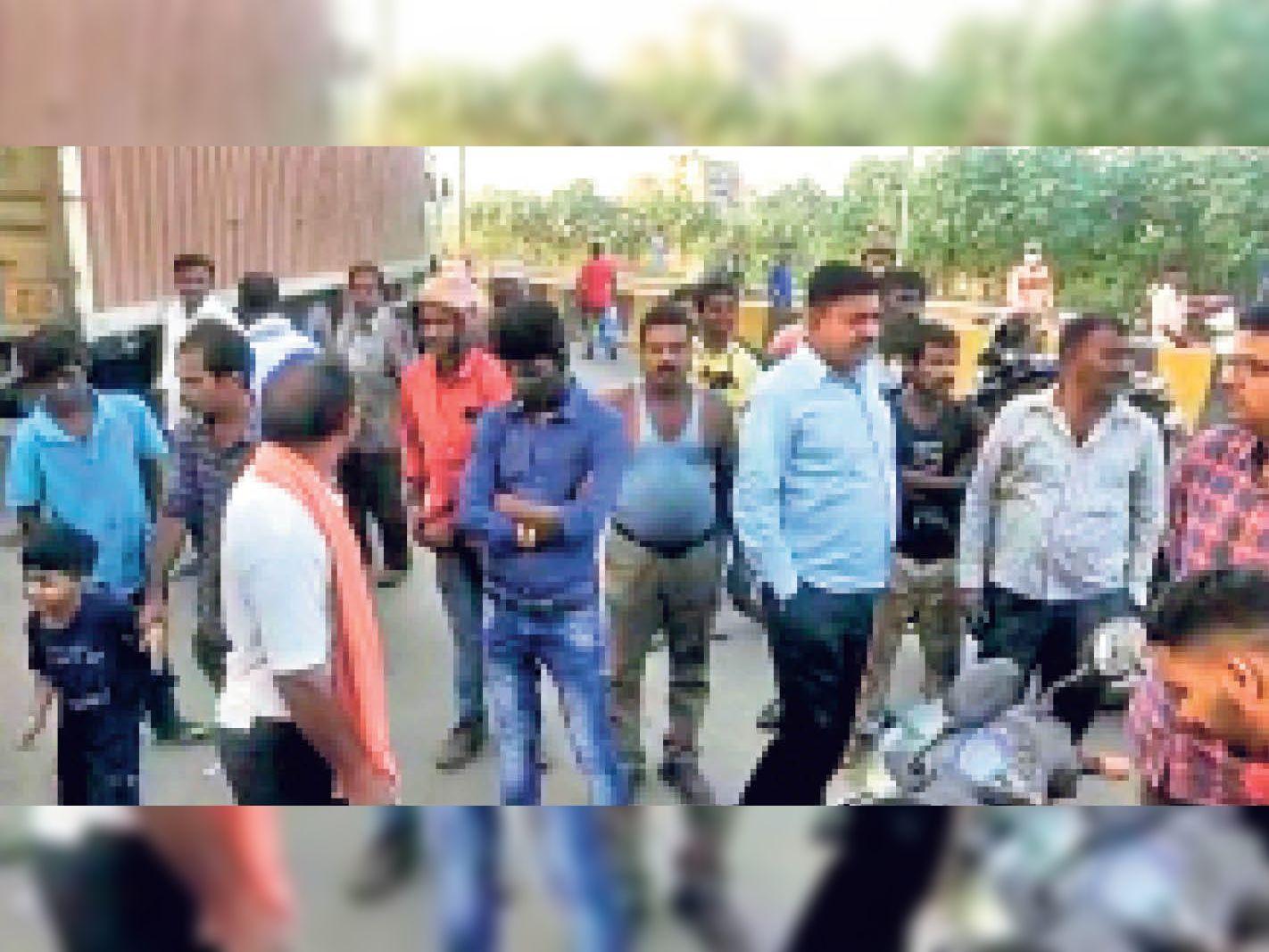 साइकिल चोरी होने पर बीच रोड पर ट्रेलर खड़ा कर चालक ने किया हंगामा, गोलमुरी जा रहा था ट्रेलर|जमशेदपुर (पूर्वी सिंहभूम),Jamshedpur (East Singhbhum) - Dainik Bhaskar