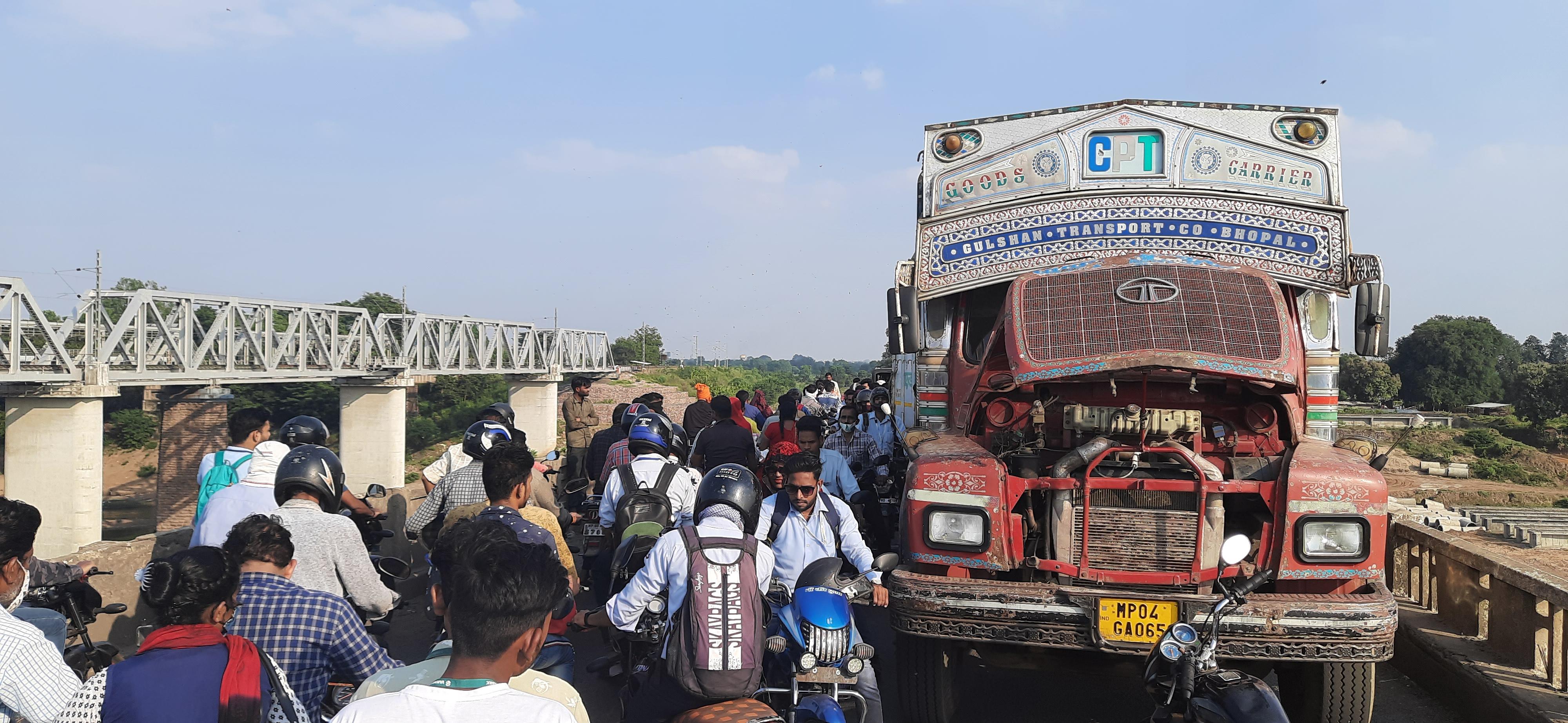 भोपाल रोड नर्मदा पुल पर ट्रक खड़े होने से लगा, डेढ़ घंटे से रेंग रहे वाहन|होशंगाबाद,Hoshangabad - Dainik Bhaskar