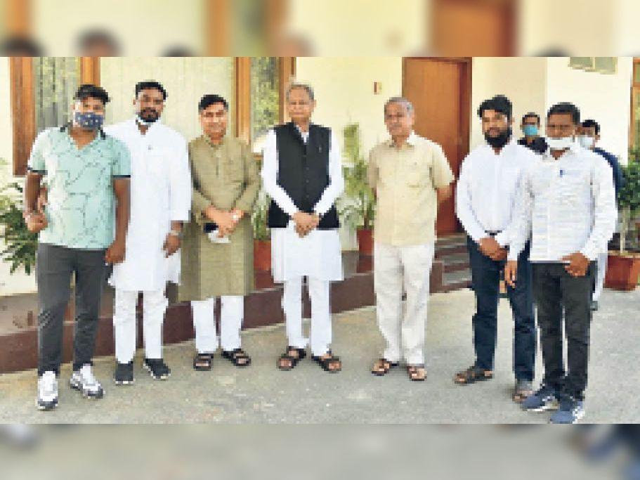 सुरक्षा को लेकर सीएम गहलोत से मिले अरुण वाल्मिकी के परिजन|जयपुर,Jaipur - Dainik Bhaskar