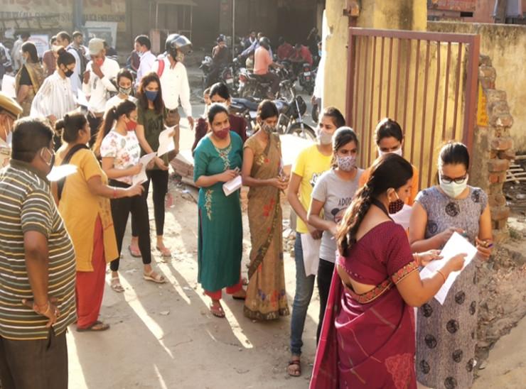 परीक्षा केंद्र में घुसने से पहले अभ्यर्थियों को चलानी पड़ी कैंची, मेटल डिटेक्टर से चैकिंग के बाद मिला प्रवेश|जयपुर,Jaipur - Dainik Bhaskar