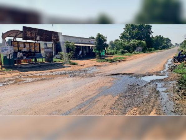 मुख्य सड़क पर बह रहा गंदा पानी|कसरावद,KASRAWAD - Dainik Bhaskar