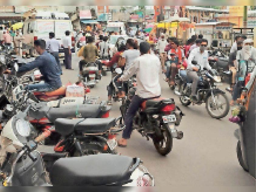 पार्किंग में नहीं, सड़क पर खड़े कर रहे वाहन, मार्ग से गुजरने वाले राहगीर हो रहे परेशान|घोड़ाडोंगरी,GHODADONGRI - Dainik Bhaskar