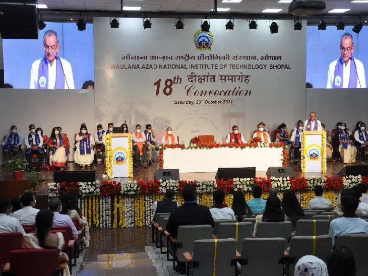 1447 छात्रों को ऑनलाइन डिग्री दी; सबसे ज्यादा अंक लेने वाले अक्षय को राष्ट्रपति स्वर्ण पदक भोपाल,Bhopal - Dainik Bhaskar