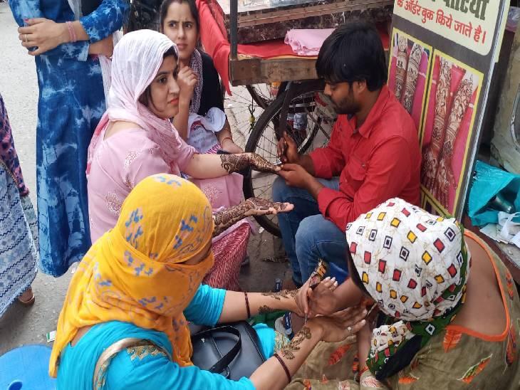 जगह-जगह लगे मेंहदी के स्टाल, ब्यूटी पार्लर के बाहर सुहागिन महिलाओं व युवतियों की दिखी भीड़|बागपत,Baghpat - Dainik Bhaskar