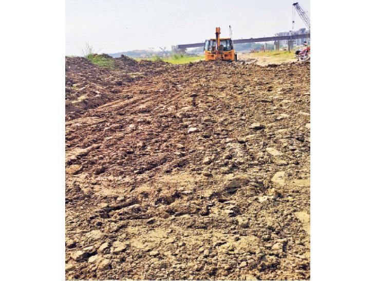 गंगा घाट के उबड़-खाबड़ पहुंच पथ किए जा रहे समतल ताकि गाड़ी से पहुंच सकें छठव्रती|पटना,Patna - Dainik Bhaskar