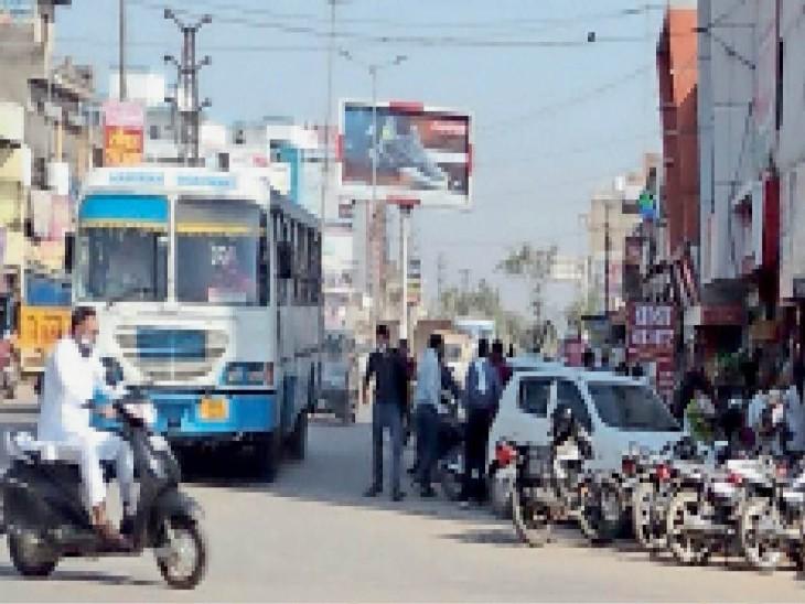 मुख्य सड़क पर थड़ी-ठेलियों और अवैध पार्किंग की वजह से लगता है जाम, वाहन चालक परेशान|अलवर,Alwar - Dainik Bhaskar