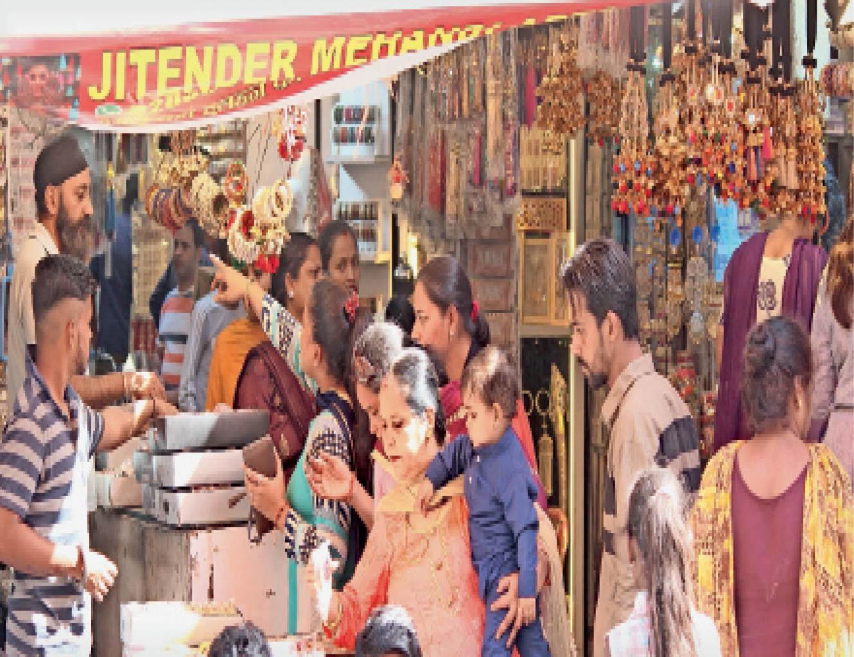 बाजारों में दिनभर रही रौनक, काॅस्मेटिक्स और ब्यूटी पार्लर वाले सुहागिनों को दे रहे आकर्षक ऑफर जालंधर,Jalandhar - Dainik Bhaskar