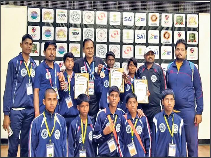 नेशनल कुश्ती प्रतियोगिता में भाग लेने के लिए खिलाड़ियों के पास नहीं थे पैसे, लोगों से पैसे जुटा दिल्ली गए, जीत लाए गोल्ड समेत 8 मेडल|रांची,Ranchi - Dainik Bhaskar