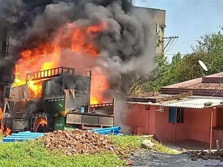बोरिंग करने वाली गाड़ी में आग लगने के बाद एक के बाद एक 7 धमाका हुआ, घर से बाहर भागे लोग|रांची,Ranchi - Dainik Bhaskar