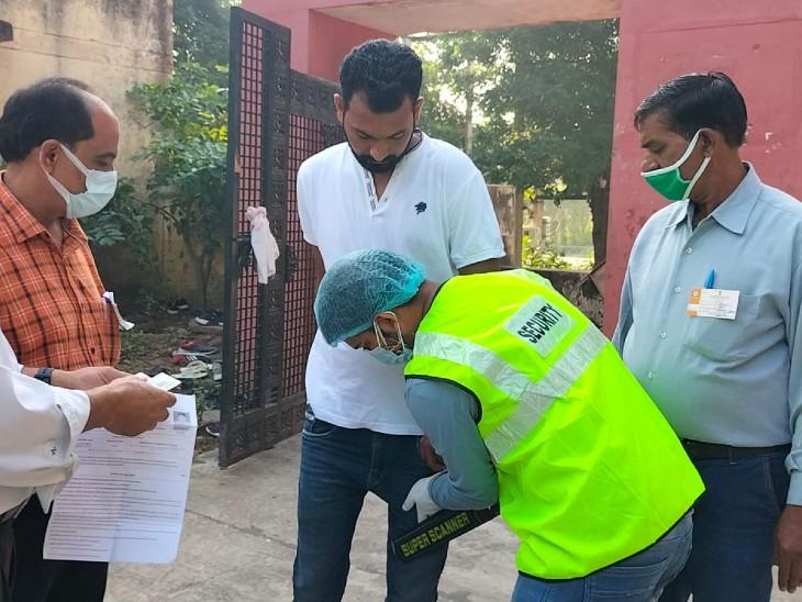 अभ्यर्थियों के जूते-चप्पल उतरवाकर ही एग्जाम सेंटर में दिया प्रवेश, केवल टीशर्ट-पेंट ही पहनने की अनुमति मिली|अलवर,Alwar - Dainik Bhaskar