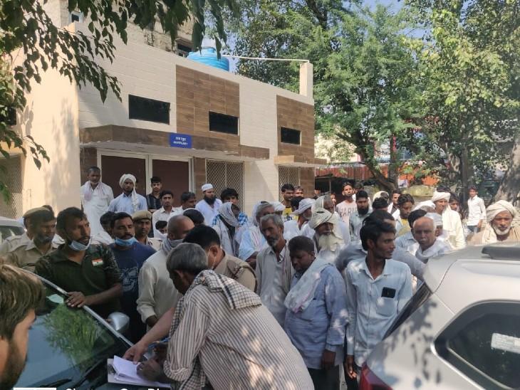 दो कार के अंदर बैठे थे, एक रोड पर था, टक्कर लगी तो पूरा शरीर कार के चिपक गया|अलवर,Alwar - Dainik Bhaskar