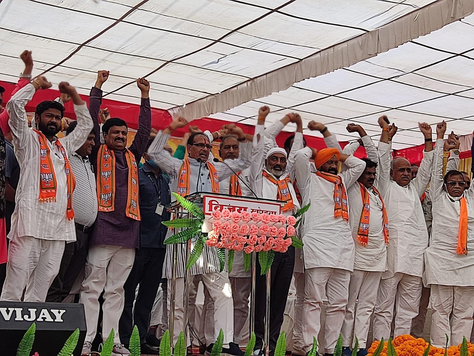 बोले - कांग्रेस के लोग गाली देते, हम काम करते; सिंचाई-बिजली पर दिग्विजय तो संबल योजना पर कमलनाथ को घेरा|खंडवा,Khandwa - Dainik Bhaskar