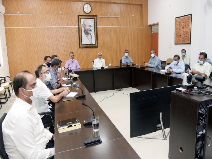 अधिकारियों से कहा- विशेष अभियान चलाकर डोर-टू-डोर सर्वे कर कराएं टीकाकरण|पटना,Patna - Dainik Bhaskar