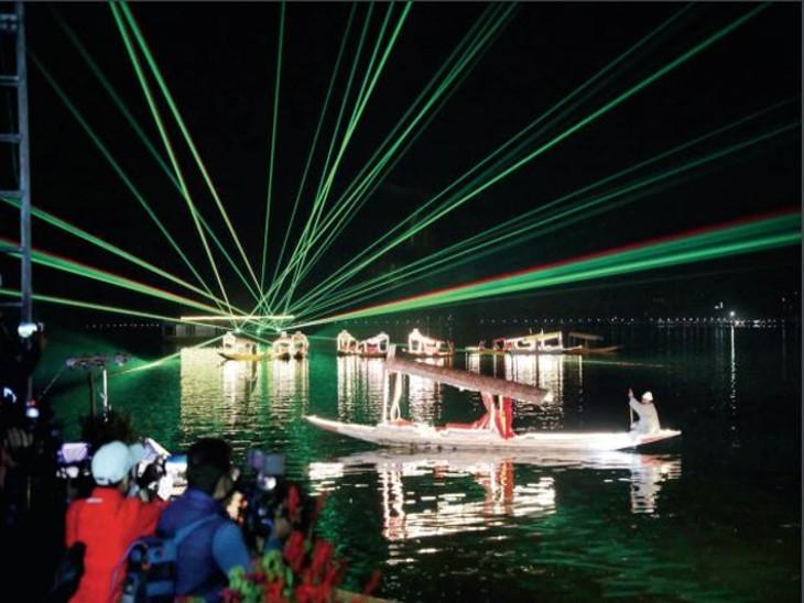 कश्मीर में आजादी का अमृत महोत्सव, रंग-बिरंगी लाइट से सजीं बोट और लेजर शो से रोशन हो उठी डल झील देश,National - Dainik Bhaskar