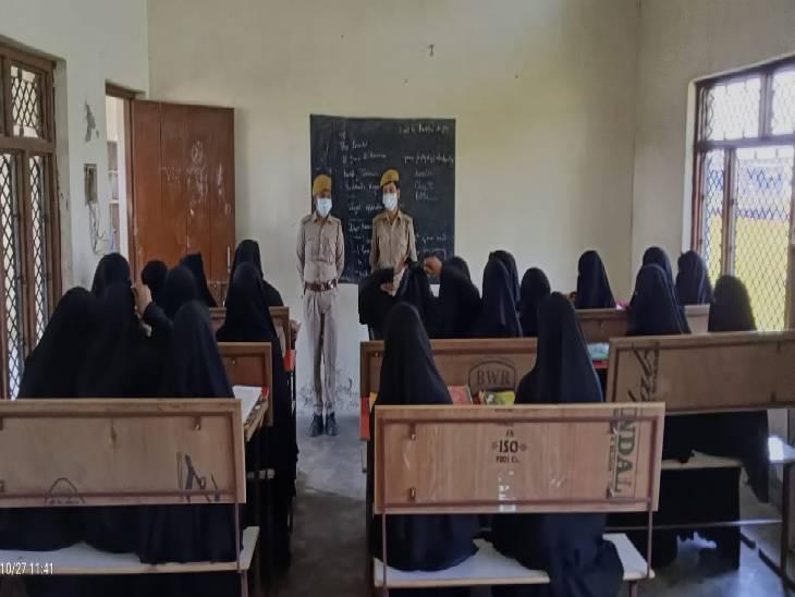 पुलिस ने महिलाओं को मिशन शक्ति के बारे में दी जानकारी, कहा- मनचलों को सबक सिखाने के लिए रहें एक्टिव|सिद्धार्थनगर,Siddharthnagar - Dainik Bhaskar