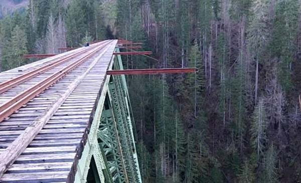 Photos: या धोकादायक ब्रिजवरून धावत होती रेल्वे, आता पडलाय ओसाड  - Divya Marathi