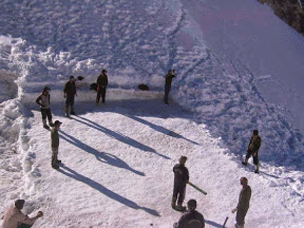 या बर्फाच्छदीत प्रदेशात रंगतो भारत- पाकिस्तान सैनिकांचा क्रिकेट सामना, पाहा PICS देश,National - Divya Marathi