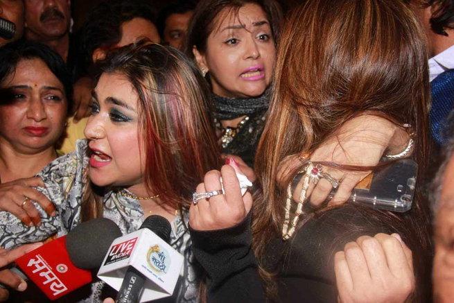 मैत्रीणीने लावला कास्टिंग काउचचा आरोप, मीडियाशी बोलताना रडली राखी| - Divya Marathi