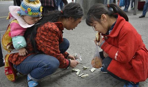 पतीच्या उपचारासाठी चीनी महिलेने आपल्या मुलीला काढले होते विक्रीस विदेश,International - Divya Marathi