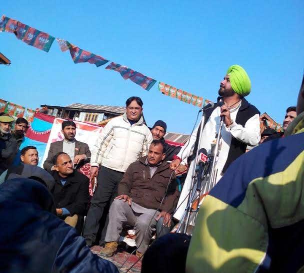 जम्मू : नवज्योतसिंग सिद्धू यांच्या ताफ्यावर हल्ला, संतप्त नागरिकांनी केली दगडफेड  - Divya Marathi