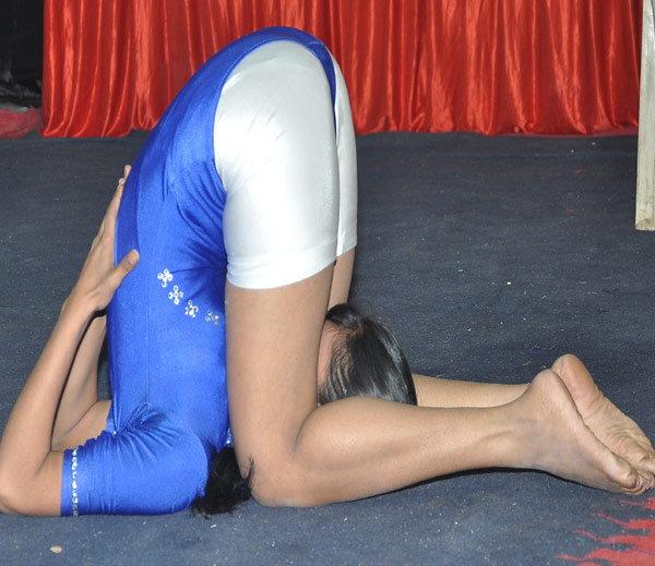 PHOTOS : अचंबित करणारी लवचिकता, मुला-मुलींनी सादर केली भन्नाट योगासने स्पोर्ट्स,Sports - Divya Marathi