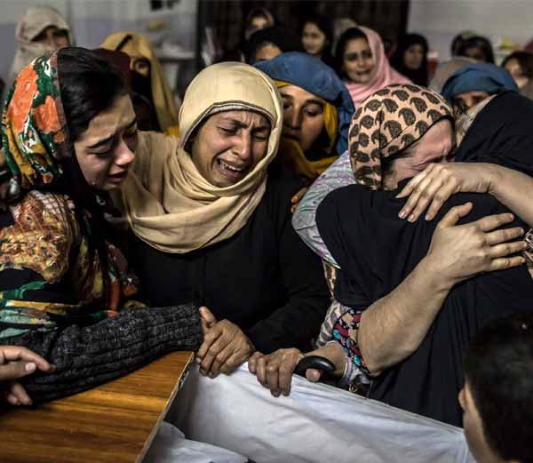 पेशावर हल्ल्यात विद्रूप झाले चेहरे, तरी मातेने बोटांवरुन ओळखले पोटच्या पोरांना|विदेश,International - Divya Marathi