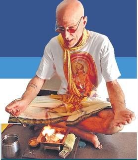 अमेरिकी डेव्हिड करतात शिवपुरीचे अग्निहोत्र, 23 वर्षांपासून भारतीय उपासनेच्या प्रेमात सोलापूर,Solapur - Divya Marathi
