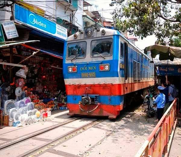 हा आहे अनोखा रेल्वे ट्रॅक, येथे घर आणि दुकानांजवळून धावते ट्रेन| - Divya Marathi