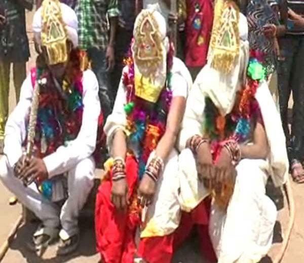VIDEO: नवरदेवाने एकाच मांडवात दोन प्रेयसींशी थाटले लग्न, दोघीही सुखाने नांदताहेत|देश,National - Divya Marathi