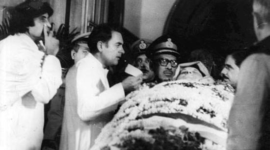 इंदिरा गांधींची हत्या झाल्यानंतर त्यांच्या मृतदेहासमवेत माजी पंतप्रधान राजीव गांधी आणि अमिताभ बच्चन. - Divya Marathi