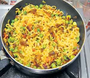 मॅगी खाऊ नका: सैन्यात सल्ला; दिल्लीतही बंदी, ग्राहक अायाेगाकडे धाव देश,National - Divya Marathi