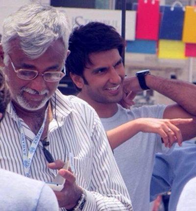 PIX: सेलिब्रिटींनी धमाल-मस्तीत पूर्ण केले 'दिल धडकने दो'चे शूटिंग, पाहा सेटवरील धमाल  - Divya Marathi
