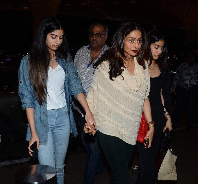 मुलींसोबत IIFA साठी रवाना झाली श्रीदेवी, सोनाक्षी-हृतिकसुद्धा दिसले एअरपोर्टवर| - Divya Marathi