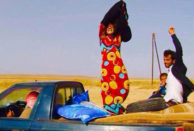 VIDEO: ISIS च्या ताब्यातून सुटल्यावर महिलांनी काढून फेकले बुरखे, हिजाब|विदेश,International - Divya Marathi