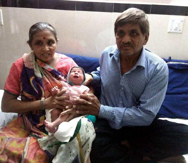 मुलासोबत पुंजीबेन आणि रणछोडभाई - Divya Marathi