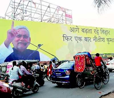 पटणा येथे लावण्यात आलेले नितीश कुमार यांचे पोस्टर. - Divya Marathi