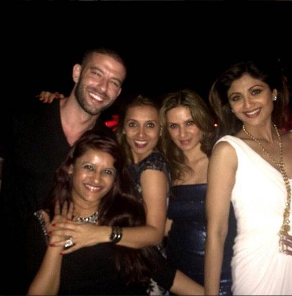 PHOTOS: पती राज कुंद्राने रात्री 12 वाजता दिली शिल्पाला सरप्राइज B'day पार्टी  - Divya Marathi